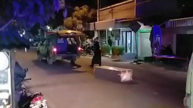 Viral Video Peti Jenazah Pasien Covid-19 Terlempar Keluar dari Ambulans, Pihak RS Beri Penjelasan