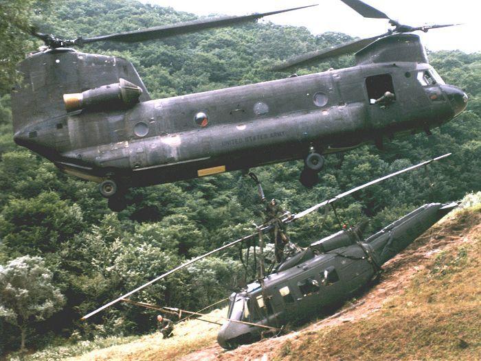 Евакуація пошкодженого гелікоптера UH-1 Huey
