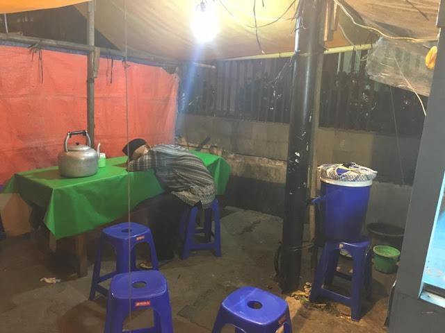 Sedih! Jualan Nasi Uduk Tidak Laku, Kakek Ini Tunggu Pelanggan Hingga Tidur