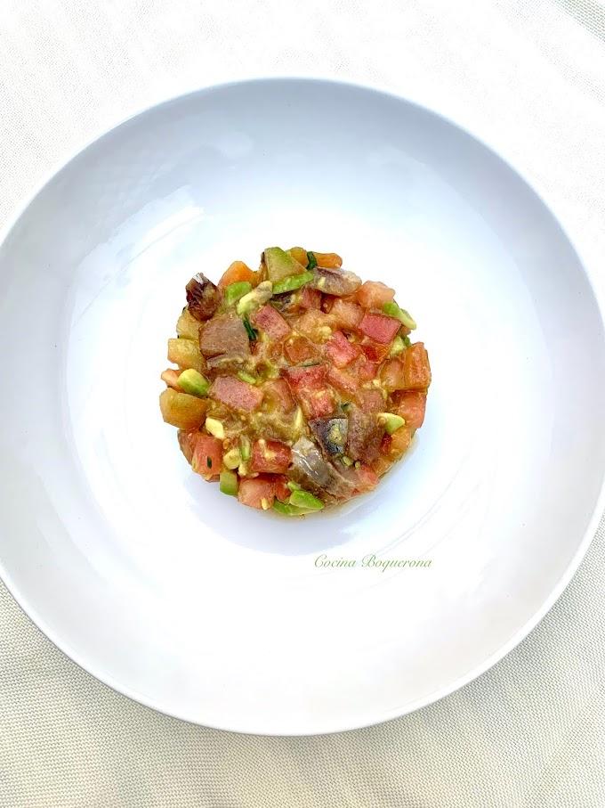 Tartar de sardina ahumada, tomate y aguacate