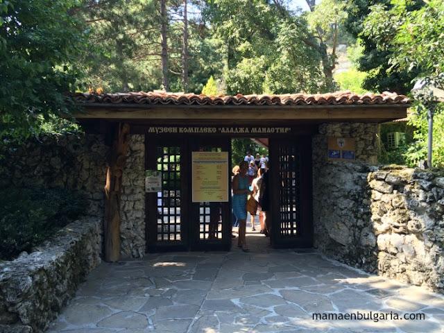 Entrada monasterio Aladzha