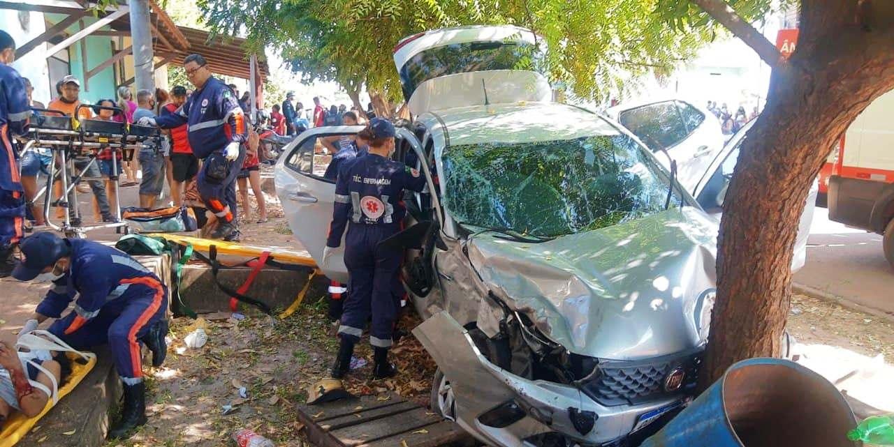 Carro de aplicativo avança preferencial e se choca com caminhonete; 5 feridos