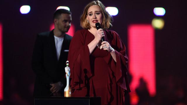 Adele rinde tributo a víctimas de ataque en Bruselas durante concierto (VIDEO)