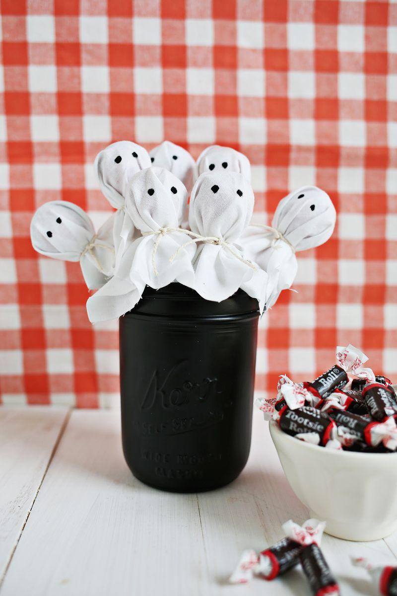 como decorar tu mesa en halloween con diy de piruletas fantasmas para regalar a tus invitados fácil y económica