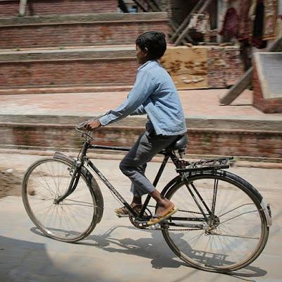 Bicicleta y niño en Katmandú