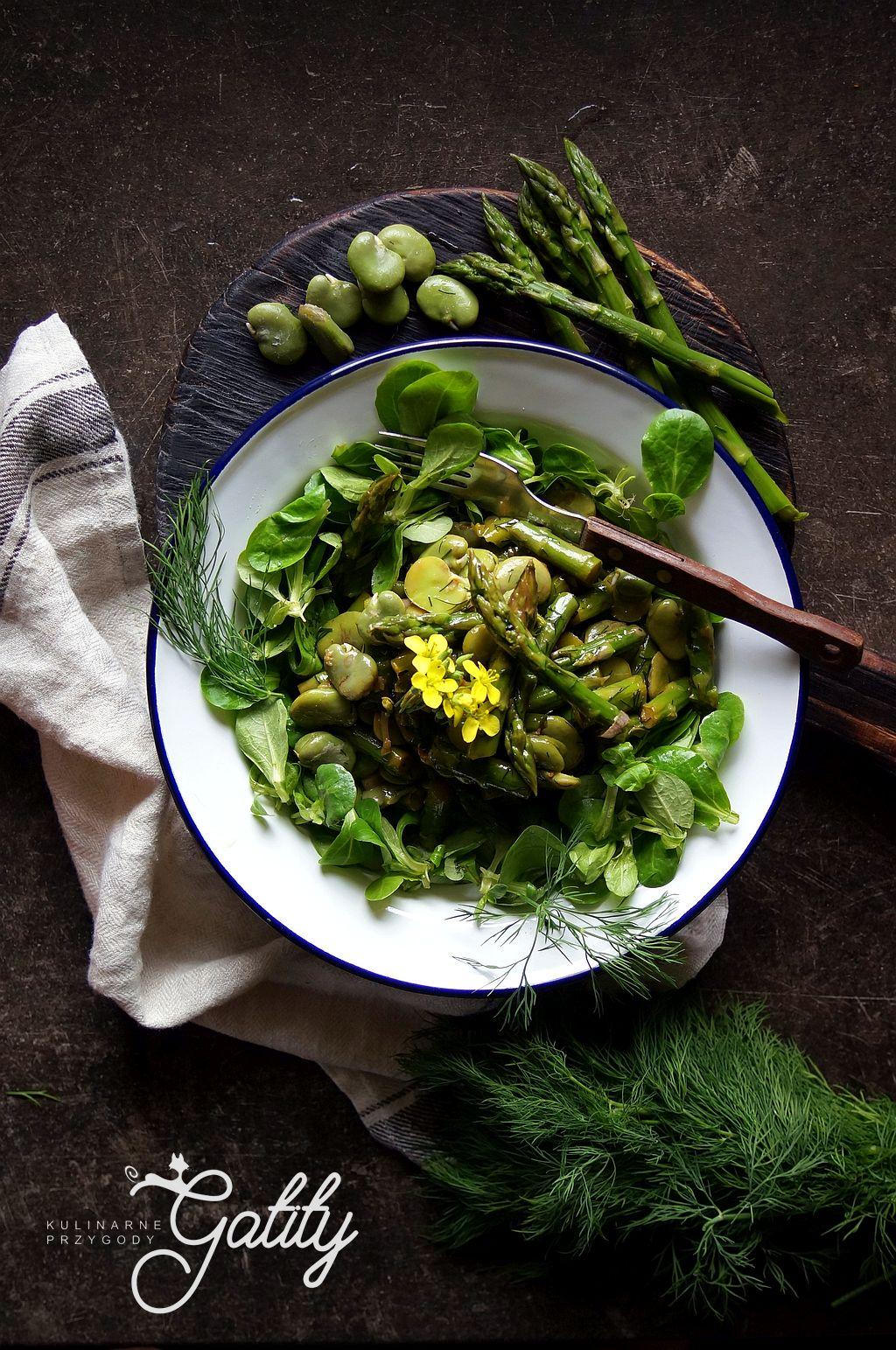zielone-warzywa-na-bialym-talerzu