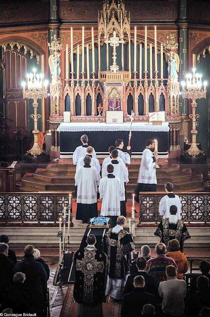 Missa de réquiem pelo rei guilhotinado Luis XVI, lota igreja de Saint-Eugène-Sainte-Cécile em Paris, todos os anos