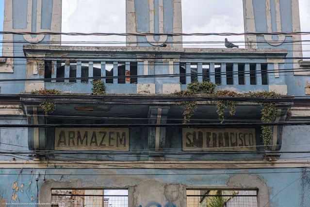 Datalhe do letreiro na fachada do antigo Armazém São Francisco