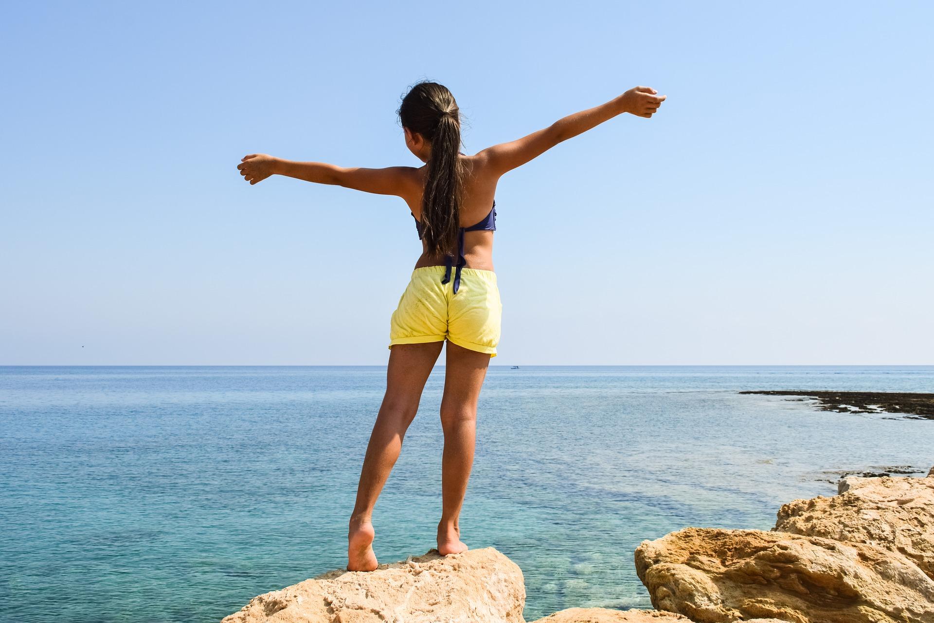 dziewczyna na skale nad morzem