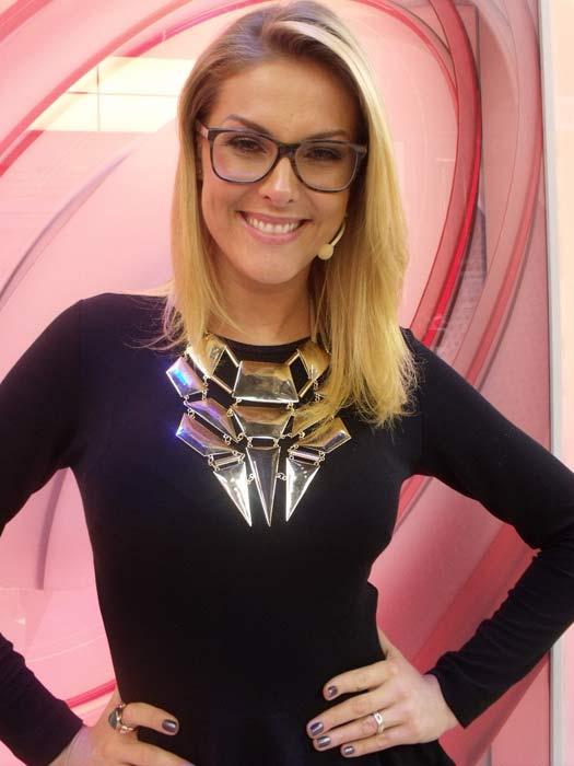 """""""Fiz a brincadeira da carinha de intelectual sofisticada"""", diz Ana Hickmann  sobre óculos! 5af3d70e23"""