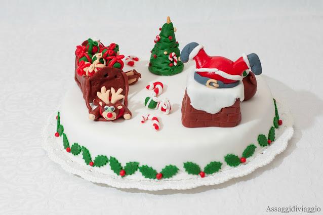 Fruit cake con decorazioni natalizie in pasta di zucchero