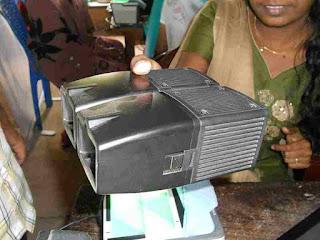 आधार कार्ड के लिए आँखों की पुतली की छवि लेने का यंत्र