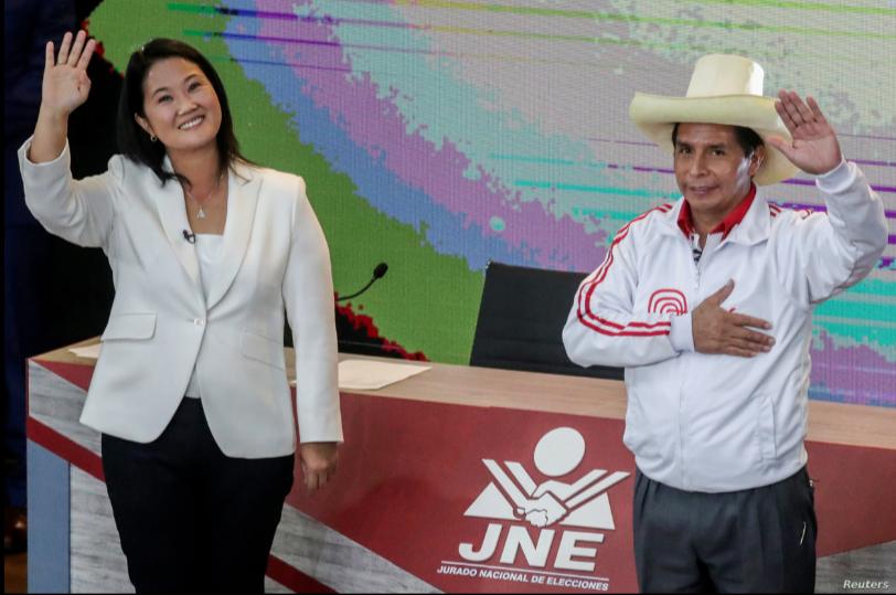 La candidata de derecha Keiko Fujimori y el candidato de izquierda Pedro Castillo saludan al final de su debate antes de la segunda vuelta de las elecciones del 6 de junio, en Arequipa, Perú, el 30 de mayo de 2021 / REUTERS