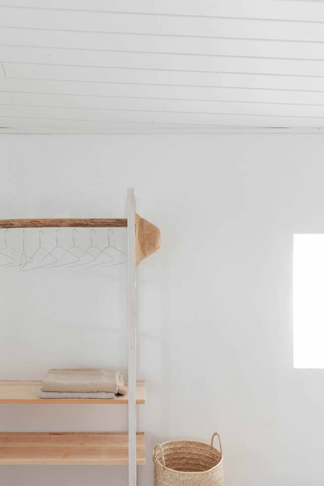 Decoración de interiores blanco y natural con madera y mimbre