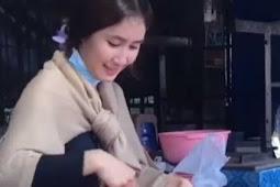 Berparas Cantik Bak Malaikat, Gadis Penjual Gorengan Ini Sempat Dikatai Jelek Saat Mahasiswa