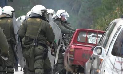 Άντρες των ΜΑΤ σπάνε αυτοκίνητα ντόπιων στη Λέσβο