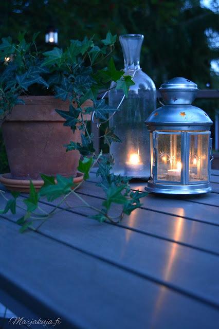 kaarna pöytä terassi sisustus pihasisustaminen preeco hämärä elokuu ilta hyggeily hämärähyssy kynttilä lyhty