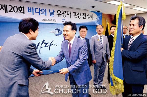 O vice-ministro Kim Young-suk agradece e parabeniza a Igreja de Deus Sociedade Missionária Mundial.