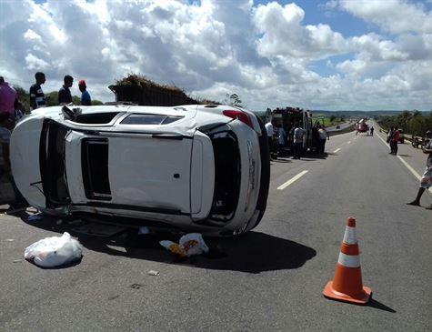 Acidente: Carro capota e motorista é socorrido por helicóptero próximo a Usina das Maravilhas