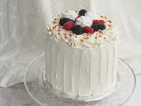 Mustaherukka-sitruunatäytekakku pystyraidoin, 40 ihanaa kakkua kevään juhliin