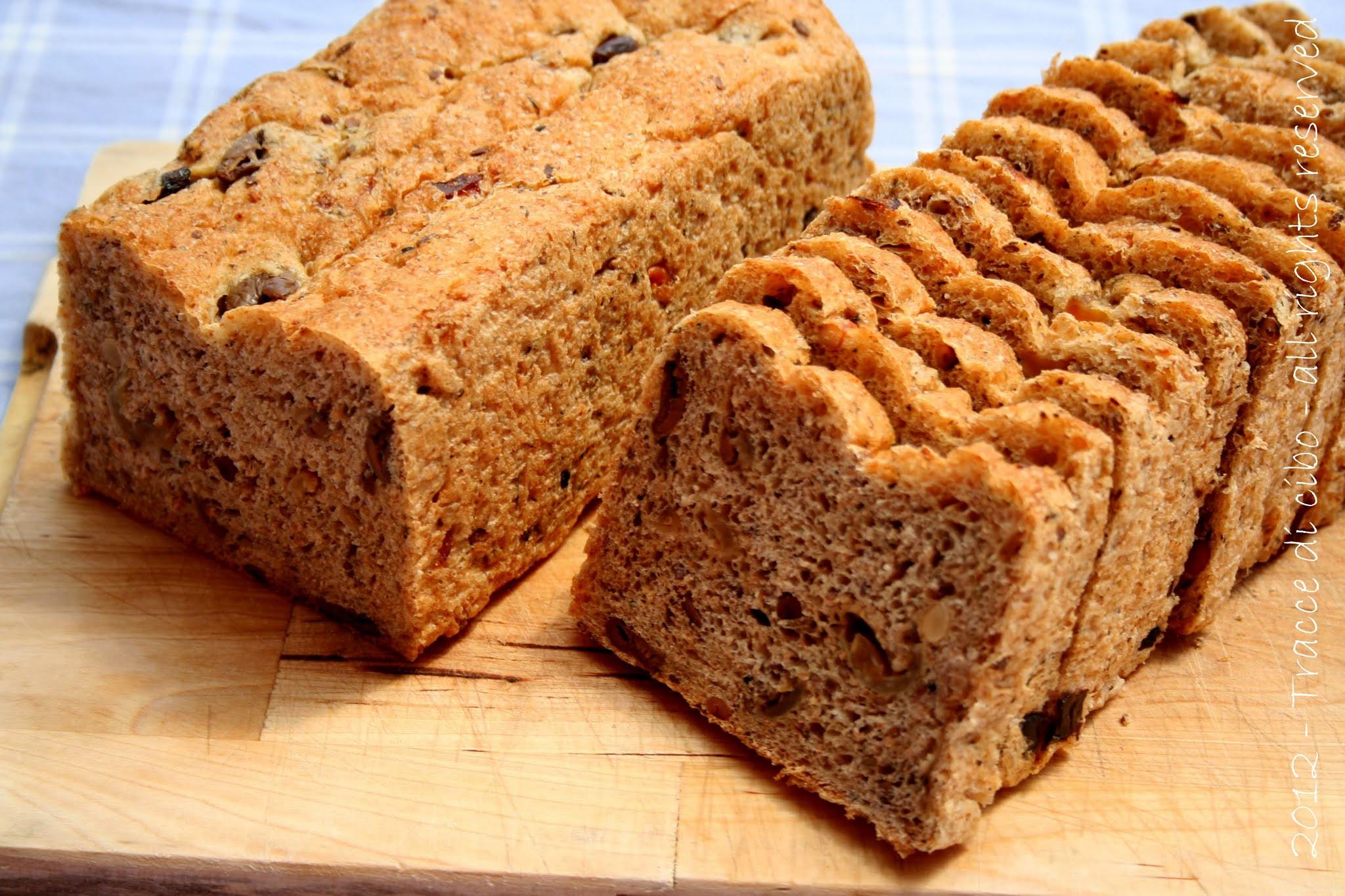 pane rustico, farro, grano saraceno, olive, pinoli, cipolle