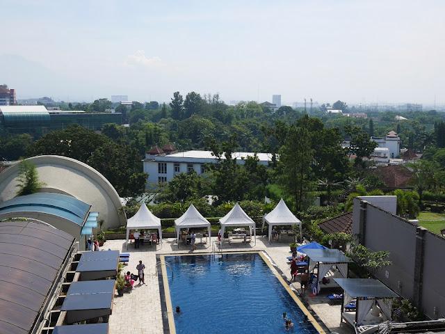 Kolam renang di Hotel Aryaduta Bandung