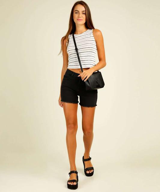 Combine com peças de parte de baixo com a cintura alta para dar equilíbrio ao look, como um short modelagem hot pants ou calça de cintura alta.
