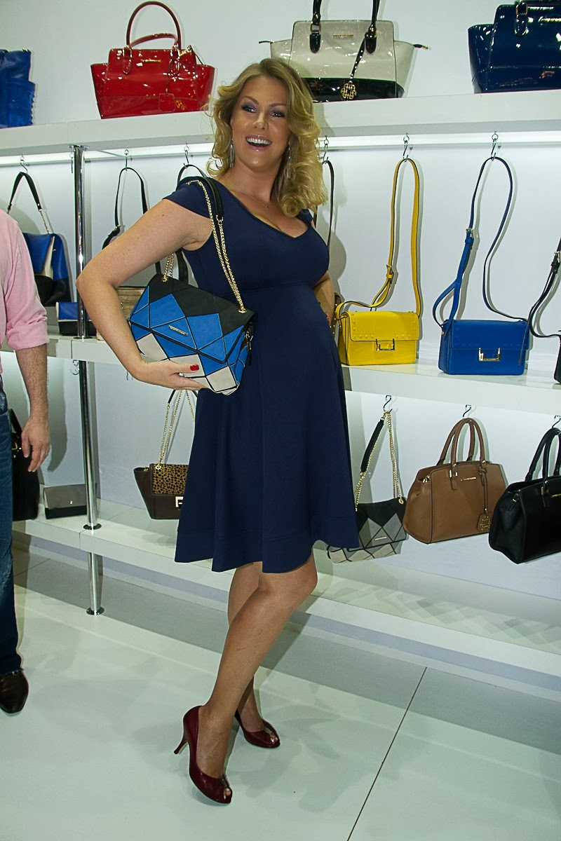 84995d7e35c52 Ana Hickmann News  Ana Hickmann vai a feira de calçados e exibe ...