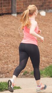 Mujeres sexys corriendo calle calzas deportivas