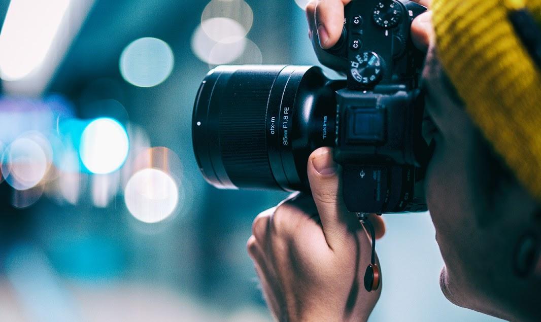Фотограф с камерой в руках