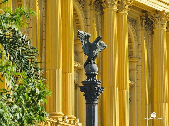 Close-up de Escultura Águia em antigo poste ornamental - Museu do Ipiranga - São Paulo