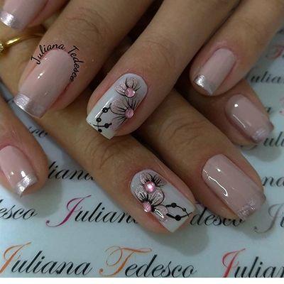 unhas decoradas com pedrinhas e rosa