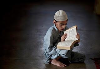 Berniukas skaito koraną