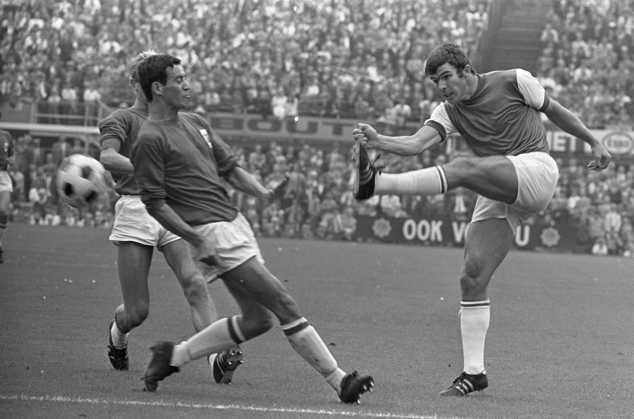 Wim van Hanegem scoort tegen AZ'67. Dick Molenaar deinst terug.