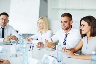 الحوار بين موظفي الشركة