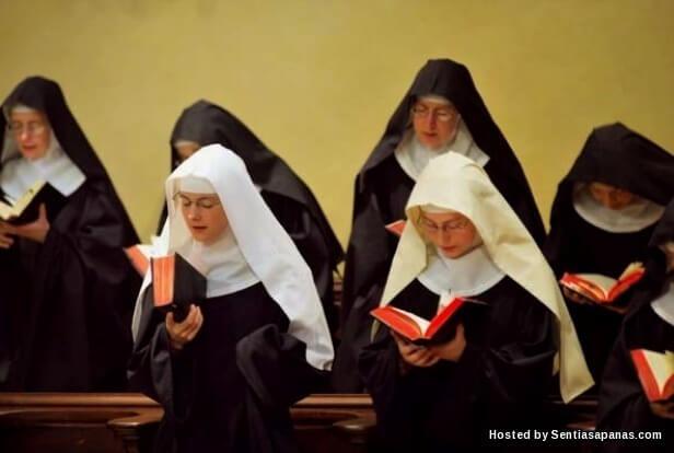 Wanita Bertudung Memakai Tanda Salib! [4].jpg