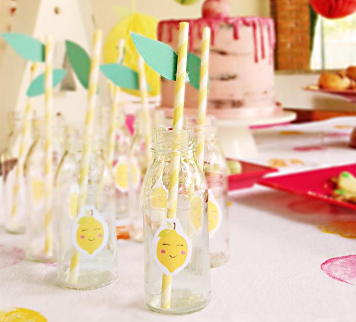 bottigliette per limonata con cannucce e foglioline