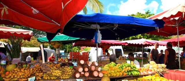Vendeur de fruits et légumes au marché de Saint Paul . Visite du marché populaire à la Réunion .