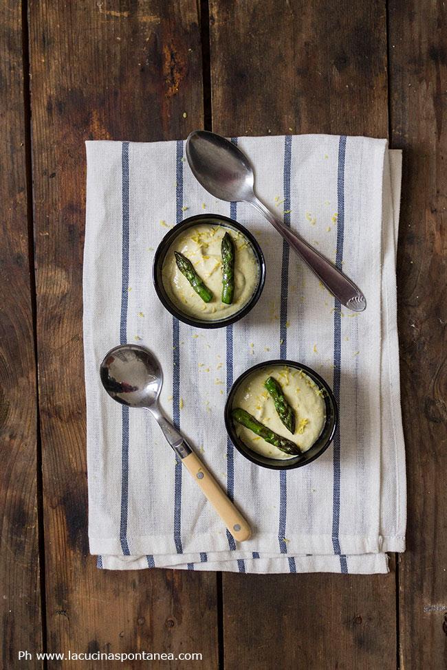Foto dall'alto di due cocotte con vellutata di asparagi