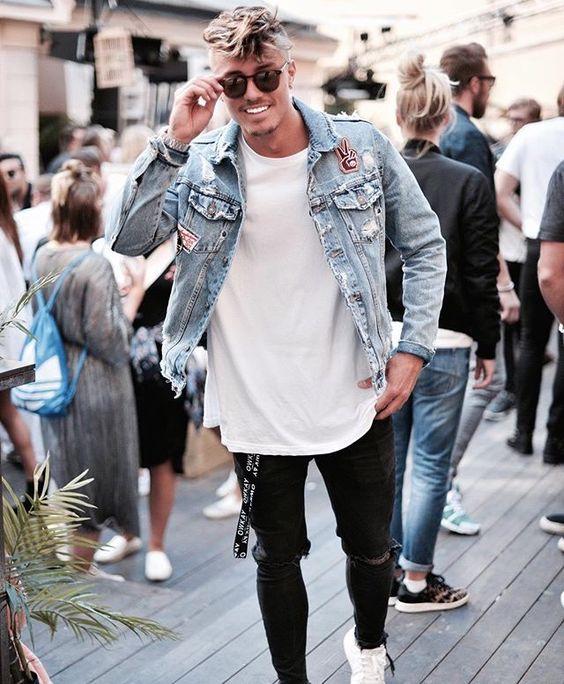 Look Masculino com Calça Preta Destroyed, Jaqueta Jeans com Patches e Camiseta Longline branca