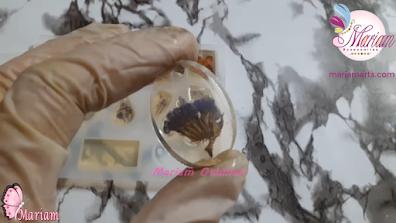 قطعة من الريزن الشفاف داخلها زهور البنفسج المجففة