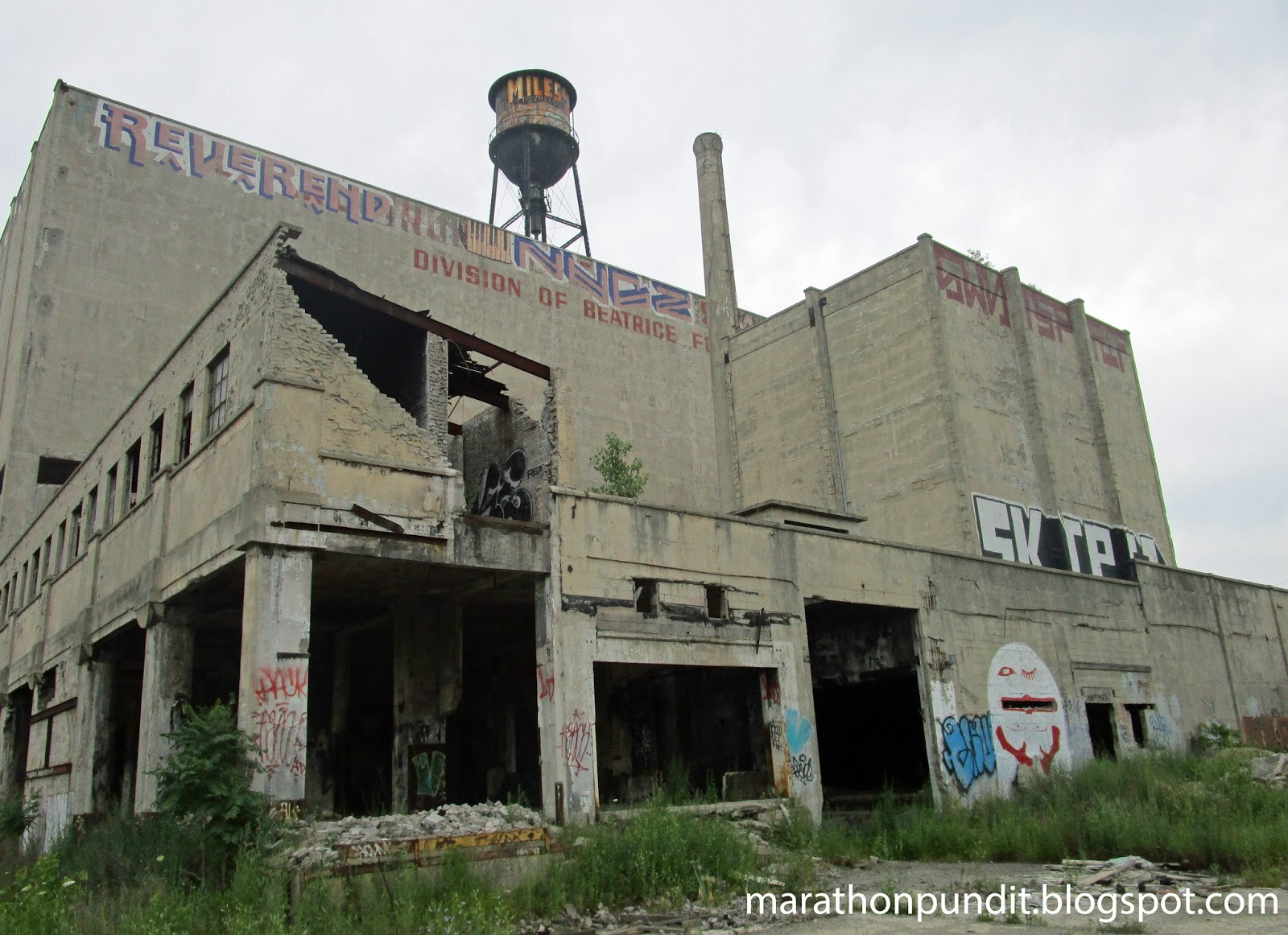 Older photos show the name of the warehouse but graffiti taggers have covered that up.  Division of Beatrice Foods  has not been obscured. & Marathon Pundit: (Photos) Detroitu0027s abandoned Grand Trunk Warehouse ...