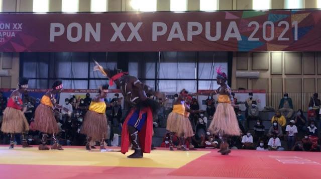 Sanggar Aiyu Kamoro Tampilkan Tarian Balada Cenderawasih di Cabor Judo PON XX Papua.lelemuku.com.jpg