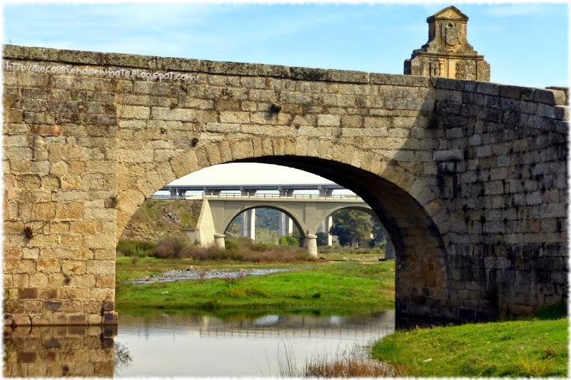 Vista de puentes por el arco del medieval