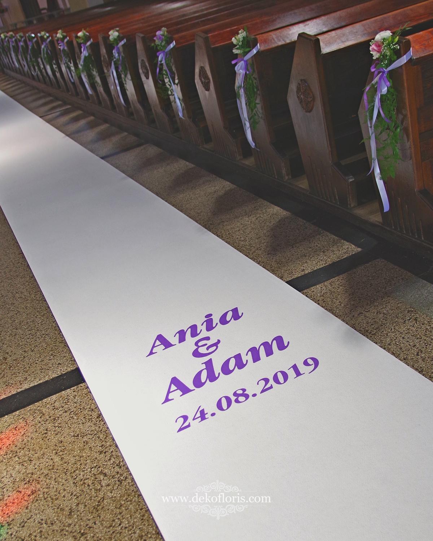 Napis na białym dywanie ślubna dekoracja