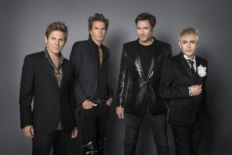 """Com 40 anos de estrada, inúmeros hits globais e nome marcado na história da música mundial, o Duran Duran celebrou essa jornada no Billboard Music Awards 2021. Em uma das principais premiações do mercado da música, a lendária banda se apresentou no palco do conceituado Hammersmith Apollo, em Londres, com a primeira performance ao vivo de seu novo single """"INVISIBLE"""" e participação especial de Graham Coxon (Blur) nas guitarras. Além disso, eles revisitaram as clássicas """"Notorious"""" e """"Hungry like the Wolf""""."""
