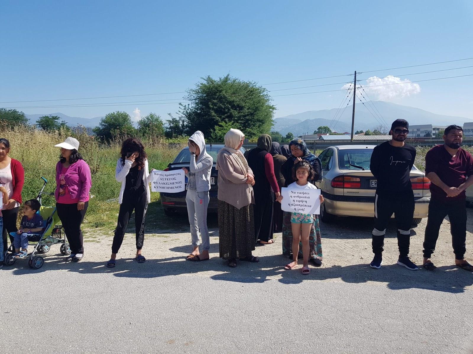 Διαμαρτυρία Γεζίντι μπροστά από τη Δομή Προσφύγων των Σερρών