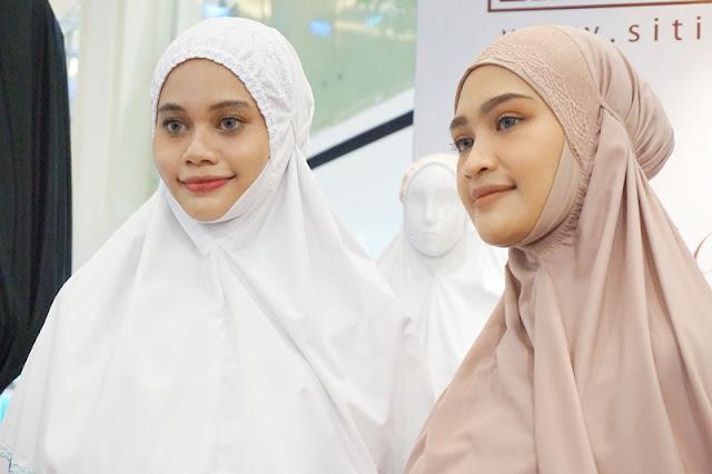 gambar mukena siti khadijah, 2 woman wearing mukena siti khadijah
