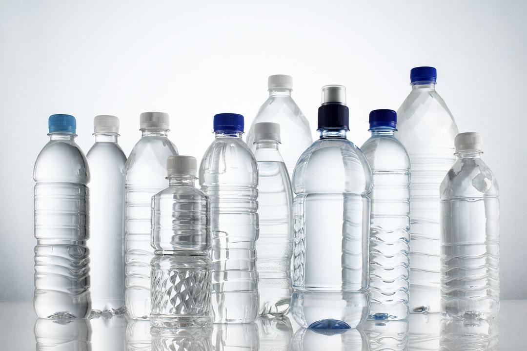Mikroplastik dalam botol plastik berjenama