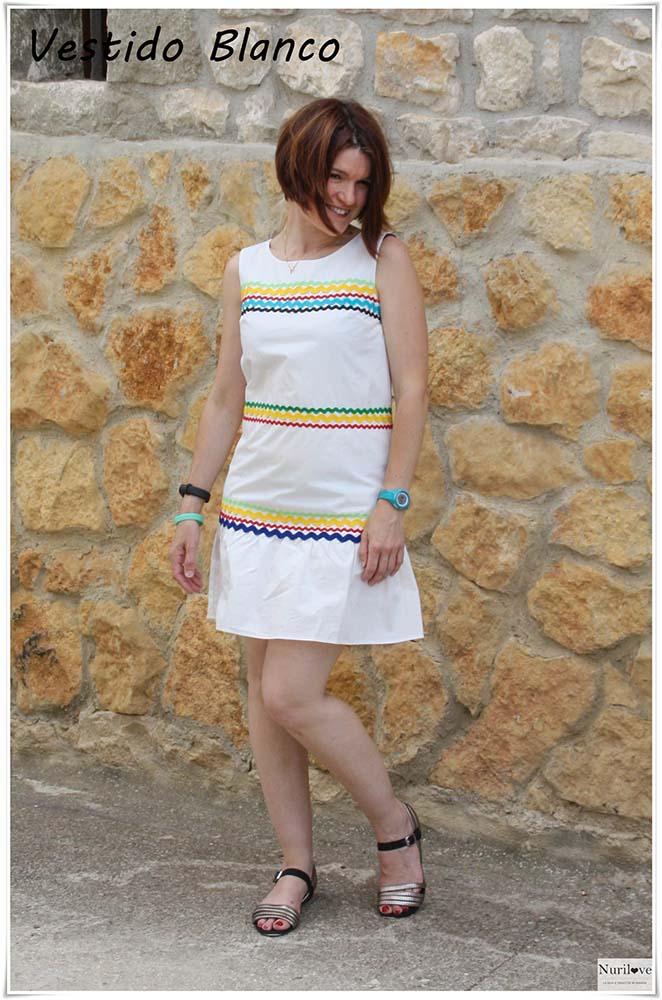 vestido blanco veraniego con ribetes coloridos